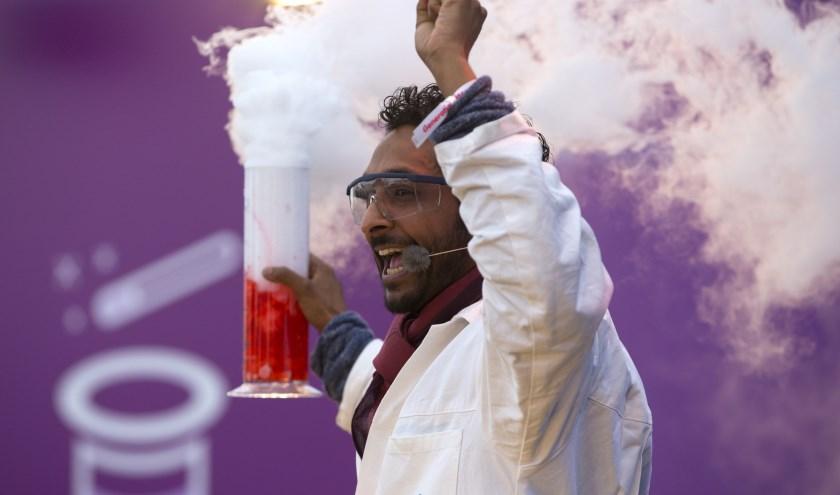Een professor van Mad Science in actie.