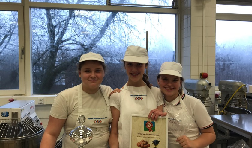 Femke Cornet (midden) won de oliebollenwedstrijd op de Horeca Vakschool. (Foto: Demi Meder)