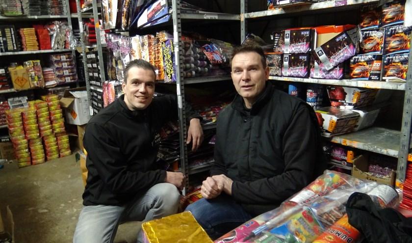 Robert Dannenberg en Johan Rosman gaan vuurwerkvoorlichting aan scholieren geven.