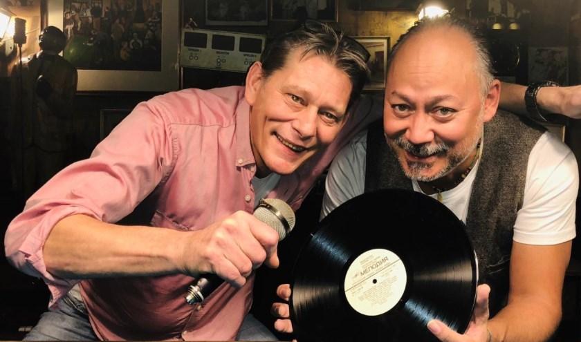 Wim Rooijakkers (links) en Michiel Kuipers dj'en voor de kinderen van Neos.