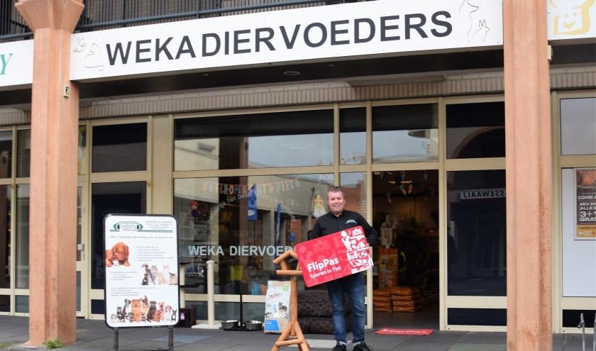 Steve van Dijl met zijn winkel Weka diervoeders in het winkelcentrum van Passewaaij. (foto: Janet Kooren)