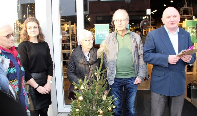 Kunstenares Koosje van der Velde, Hannah Loef (Elferink Schoenen) en de juryleden Suzan Ollebek, Rob Lamper en Erik Stotijn voor de winnende etalage. De champagne volgde nog. (Foto: Dick Baas)