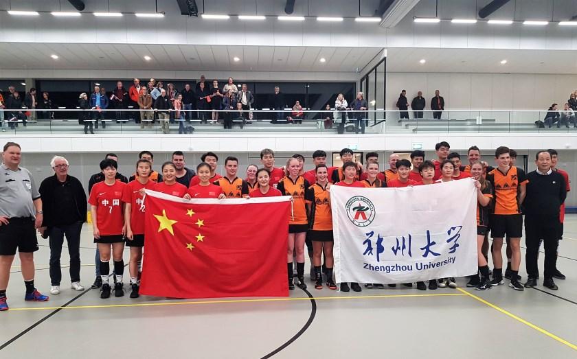 De teams van DKOD en China poseren broederlijk voor de gezamenlijke teamfoto.