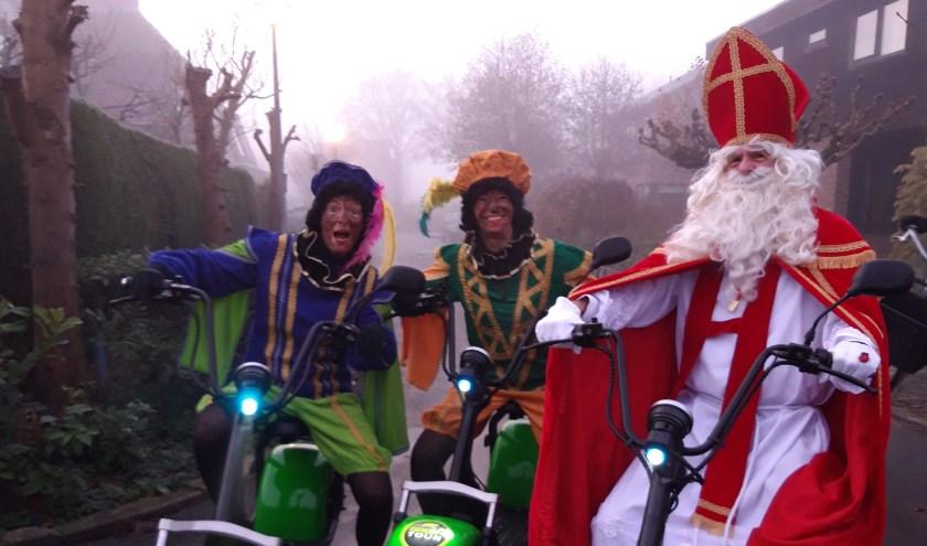 Sint en Pieten op elektrische scooters.