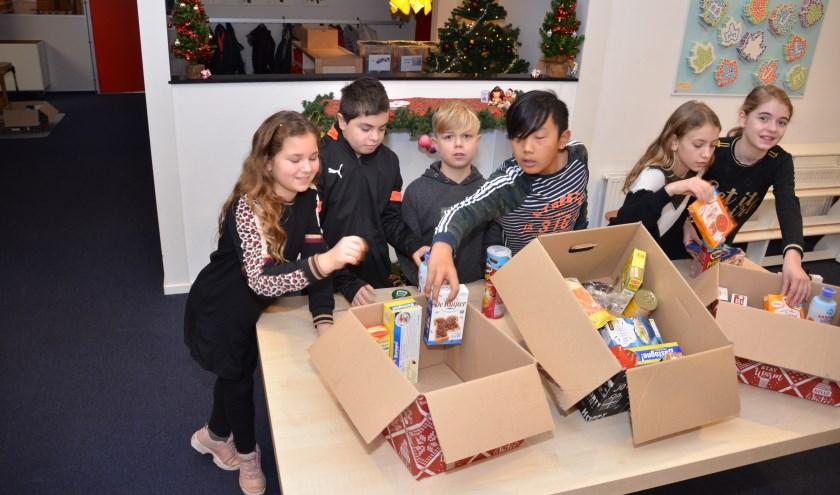 Inpakken van dozen door leerlingen van basisschool de Wingerd