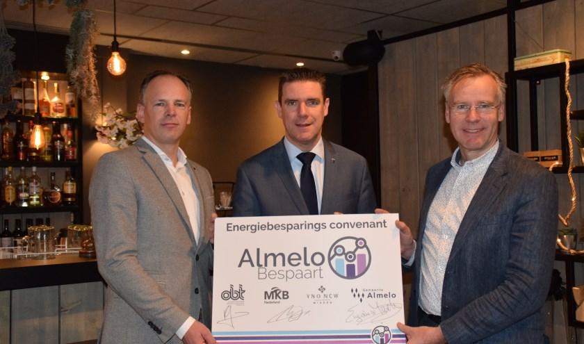 Niels Peters, Eugène van Mierlo en Roelof Kleinjan ondertekenen convenant