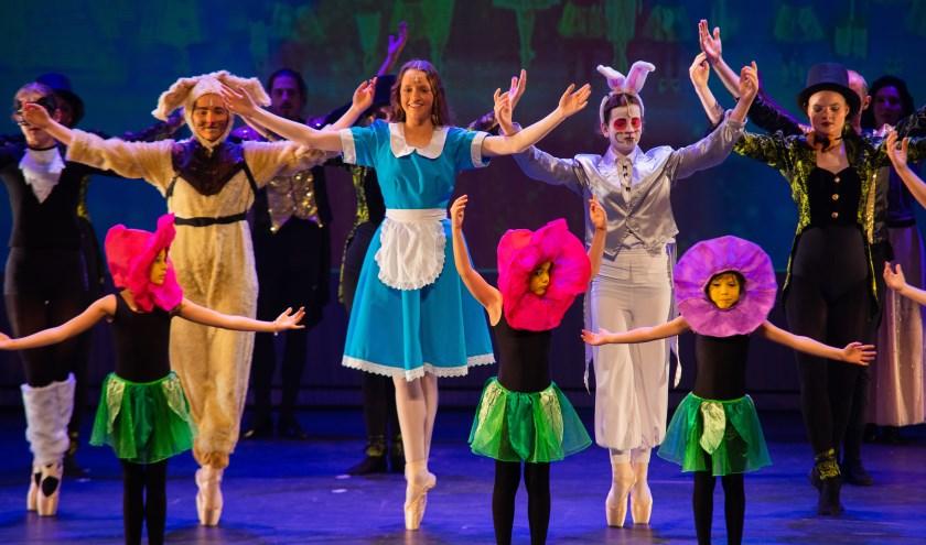 Een balletvoorstelling van leerlingen van dansschool Ricardo Sibelo vol passie en dansplezier met klassiekers van Tchaikovsky en de Djembé-artiest Koko Lawson als muzikaal begeleider. Foto: Hans Driessens