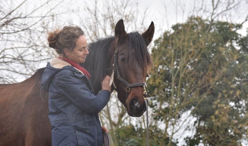 Joni Overweel met haar paard Caat in de wei bij Schore. FOTO: Rachel van Westen