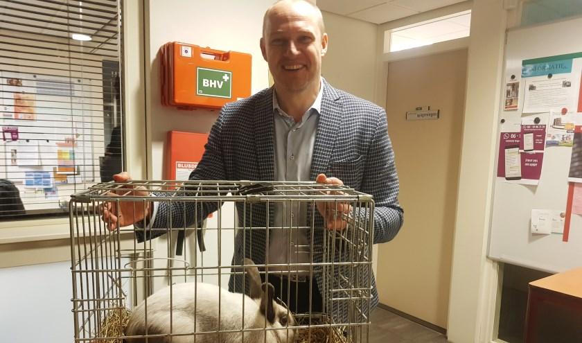 Dennis Gudden was zeer verguld met de gift van konijn Dennis (of Denise) voor de Stadsboerderij aan het Spijk. (foto: Kees Stap)