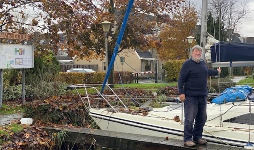 Mustoe had geen vervoer, dus zat hij noodgedwongen veel op zijn boot.