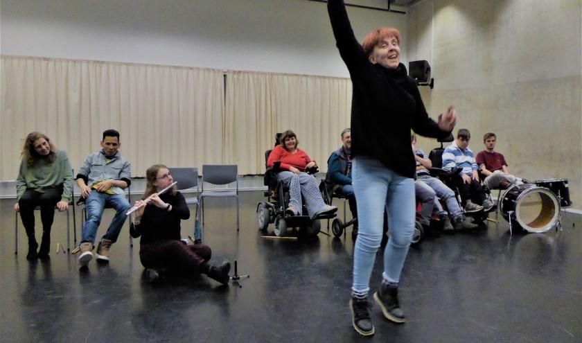 Speels Collectief is druk aan het repeteren voor de voorstelling 'Interval'. (foto: Marnix ten Brinke)