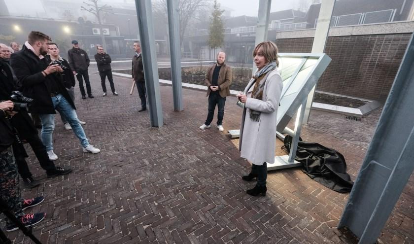 Wethouder Ingrid Lambregts tijdens de oplevering van het Joop Sars Plein in Doetinchem. (foto: Roel Kleinpenning)