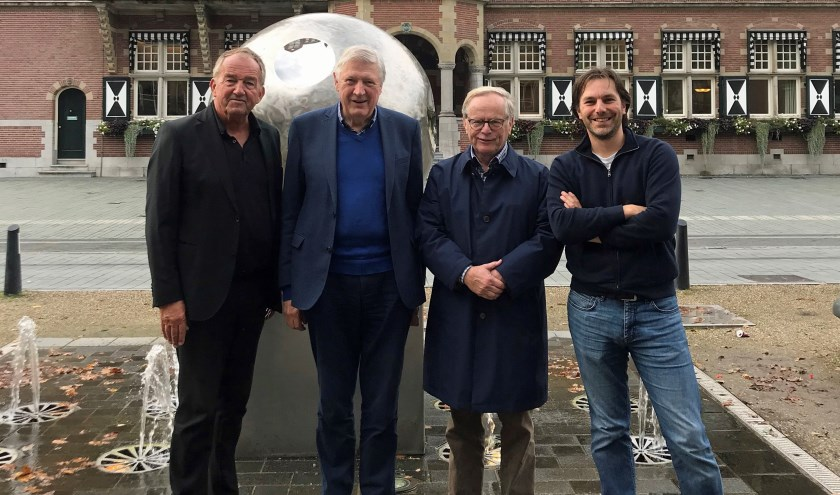 Fons Asselbergs (2e van links), voorzitter van het Geheugen van Zeist. Naast hem staan v.l.n.r. Henk van den Broek (penningmeester), Theo Ruijs (vice-voorzitter) en projectmanager Peter de la Mar.