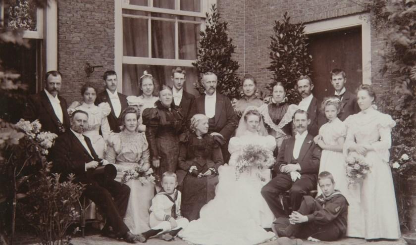 Groepsportret bij het huwelijk van Winanda Arnoldine Staring en Jan Rudolph Dronsberg van der Linden. 4-8-1897. Foto Regionaal Archief Dordrecht.