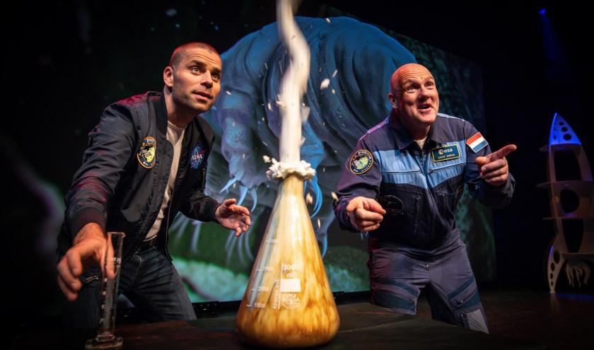 Astronaut André Kuipers en journalist Sander Koenen in de wervelende ruimtevaartshow 'Space Academy Live'. (Foto: Diederik van der Laan)