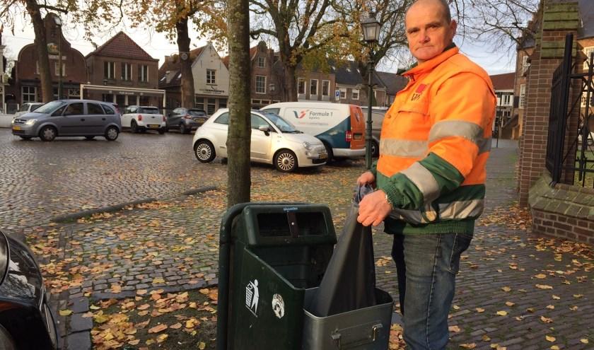 Gerald Beerens leegt op vrijdag de prullenbakken in Oirschot