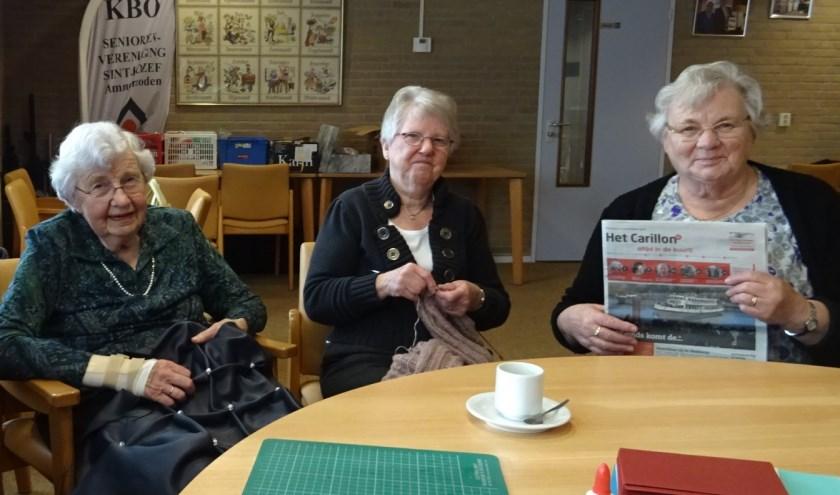 Leden van de handwerkclub, v.l.n.r.: Riet van Paassen, Sjaan Vink en Jo Verlouw.