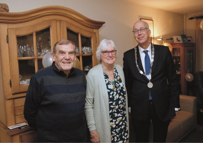 Bennie en Dirkje Weijers samen met burgemeester Arend van Hout van Westervoort.