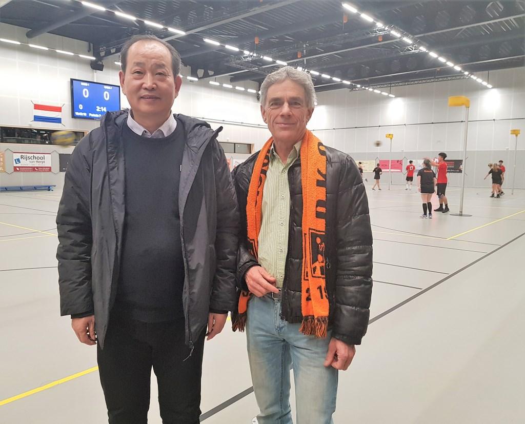 DKOD-voorzitter Michiel Hupkes en de Chinese assistent van bondscoach Ben Crum, Xiangcheng Ma. Foto: Dick Martens © DPG Media