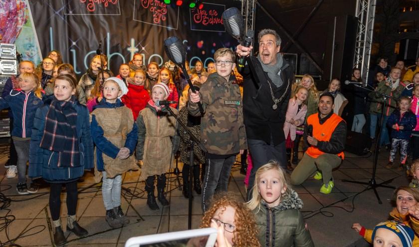 De burgemeester, omringd door kinderen. (Foto: Izaak van den Berg)