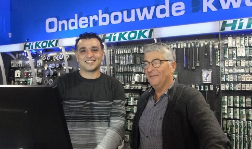Mohammed Al Keikati met begeleider Harry Oelen achter de balie van Nemaco.