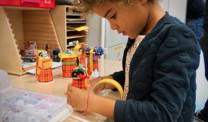 Bij de Makersclub in Bibliotheek Eindhoven kunnen kinderen (6-13 jaar) elke zaterdagmiddag aan de slag. (Foto: Chrisje van Duivenboden).