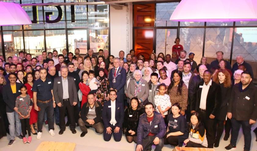 Burgemeester John Jorritsma met een deel van de nieuwe Nederlanders uit Eindhoven, tijdens de jaarlijkse naturalisatiebijeenkomst in IGLUU in de Lichttoren. (Foto: Gemeente Eindhoven).