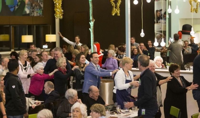 Polonaise tijdens kerstdiner van het KPN Mooiste Contact Fonds.
