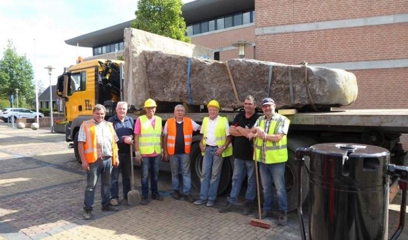 Blij dat 'ie ligt, de grootste steen van de Unie van Haaren. Het team van Frans Liebregts kan even uitblazen.