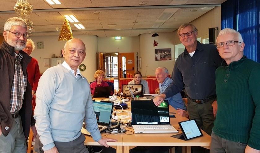 Elke maandagochtend wordt het internetcafé gehouden in de Willem van Hoornhof in Maarssenbroek. Foto: Welzijn Stichtse Vecht