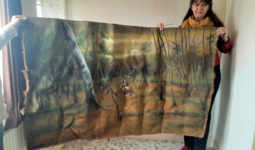 Petra van de Wijngaard met het doek van Roel Smit, dat ze graag zou willen geven aan een nazaat van hem