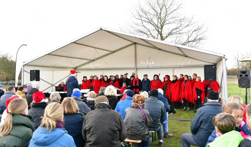 Gemeng koor Ernelodie verleent haar medewerking aan de Kerst Sing-in