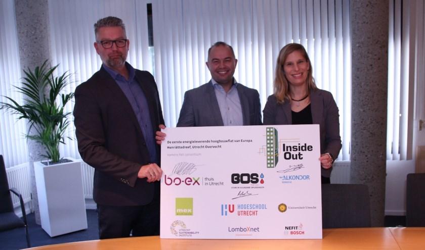 De afnameovereenkomst werd ondertekend door v.l.n.r. Jan Bergman, Rogier Bos en Marije Eleveld, directeur-bestuurder van Bo-Ex.