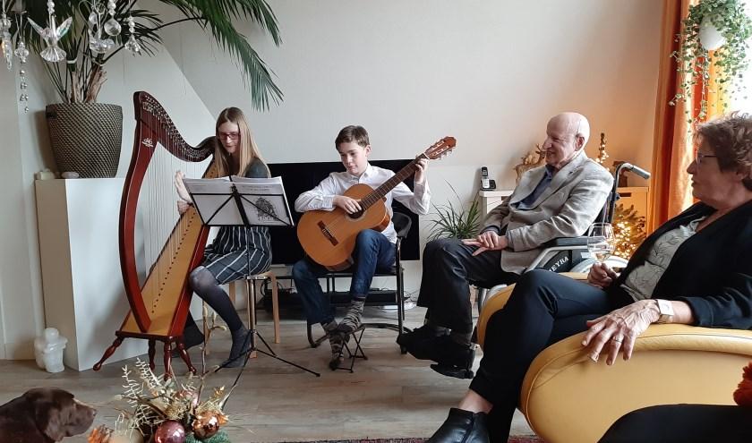 De kleinkinderen Emma (14) en Tim (12) van Zonnebloem Zeist voorzitter Gerrie Pouwelse verzorgen een mini-concert voor bezoekers aan de kerstlunch thuis bij Gerrie.