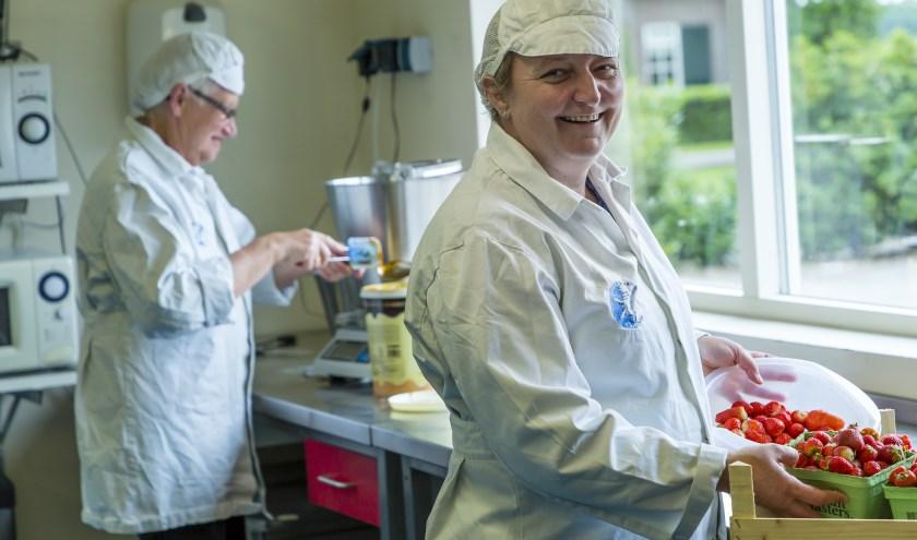 """Wilma Klaasses: """"Een puur en eerlijk product. Kleurstoffen en conserveringsmiddelen zijn in ons bedrijf niet te vinden."""" (Foto: Henk Eertink)"""