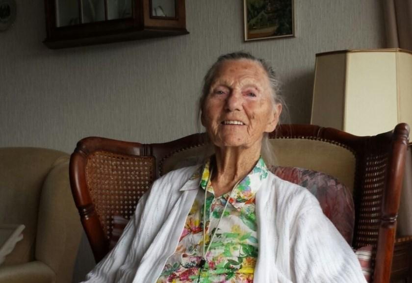 Mevrouw Leida Smit-Kock die de ijsbaanorganisatie verraste met een flink bedrag. Ze overleed in oktober op 96-jarige leeftijd.