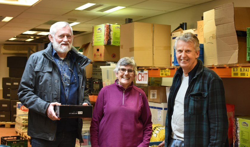 De vrijwilligers Joost  de jager, Helma Santbergen en Ruud Mons zetten zich graag in voor de Voedselbank. Foto: RM