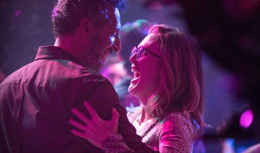 Op de dansvloer ontmoet hoodrolspeelster Gloria haar nieuwe liefde. (Bron: Veluvine)