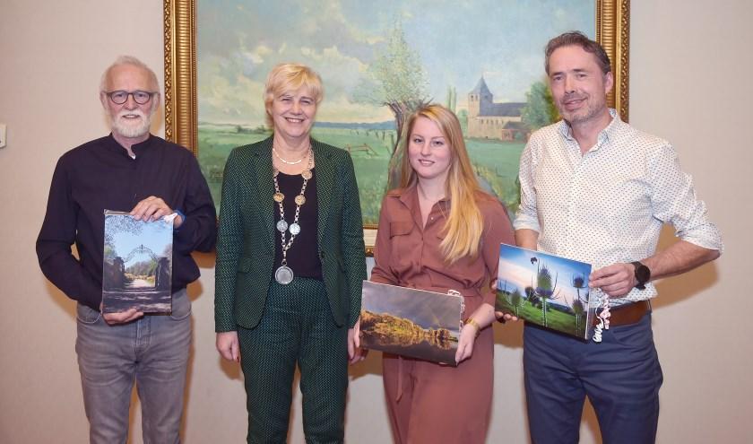Burgemeester Agnes Schaap reikte vorige week de prijzen uit aan de drie winnaars.(foto: berrydereusfotografie.nl)