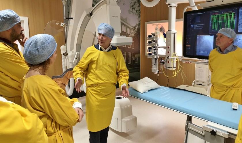 Prof. Gerlach Cerfontaine (midden) bekijkt in een catheterisatielab hoe daar patiëntgegevens worden vastgelegd en benut. Foto: ASz