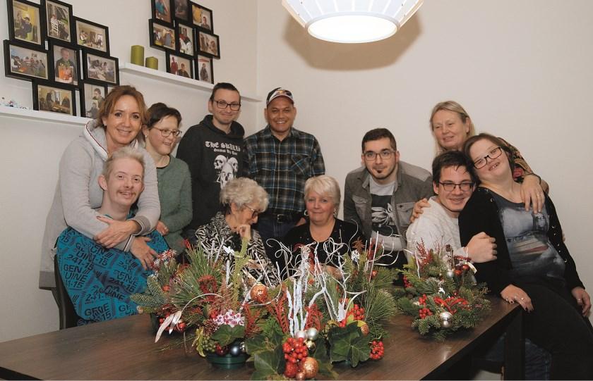 Bewoners van Ons Thuus poseren met hun geliefde buurvrouwen Rietje en Anita voor de camera van onze fotograaf Piet Wijnands.