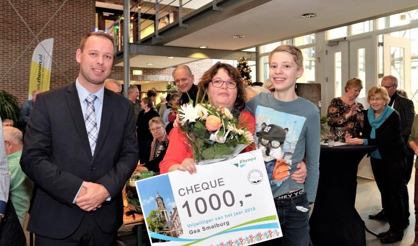 Raadslid Gert Hovestad links met de winnares vrijwilligster 2019 Gea Smalburg uit Elst geflankeerd door haar zoon. (Foto's: Max Timons)