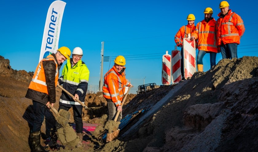 Omwonenden, projectleider en werkvoorbereiders Van Gelder en TenneT.