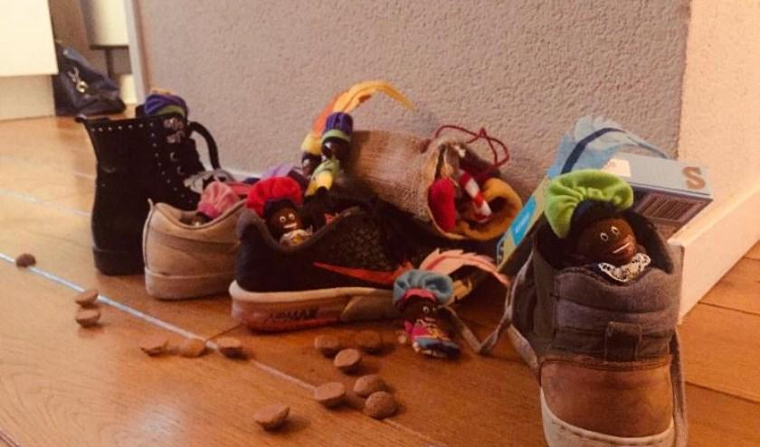 Youp, Thijmen, Maud, Mila en Kaat van basisschool De Trumakkers wensen iedereen een gezellige pakjesavond. (foto door Maud en Youp)