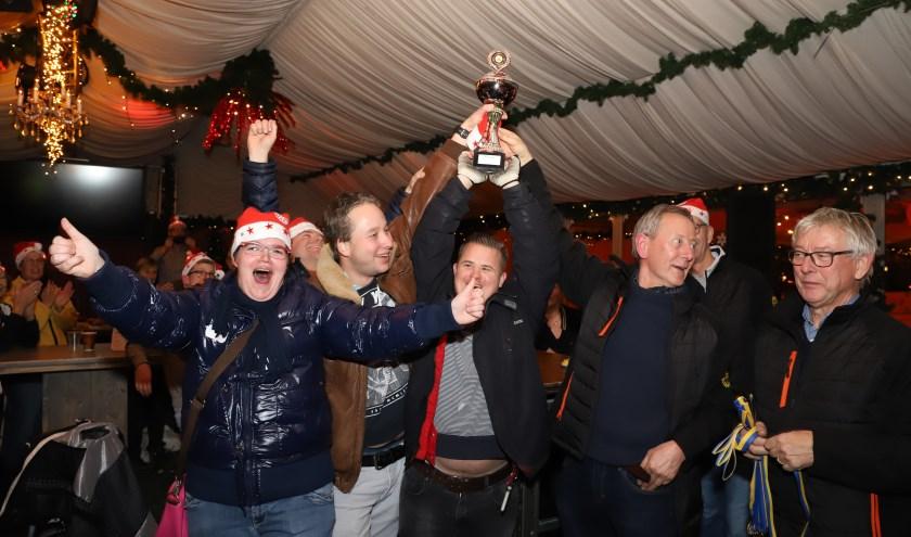 Iedereen is erop gebrand om aan het eind van de avond de grote Rotary Curling Cup te winnen