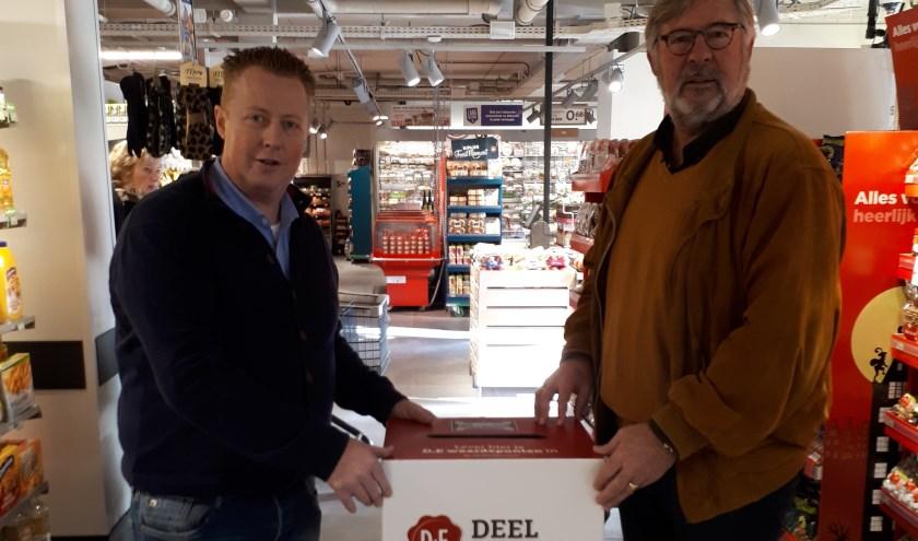 Mario van der Linden, eigenaar van PLUS Schalkoord plaatst samen met Lion Bart Middelkoop de DE-punten inzamelbox.