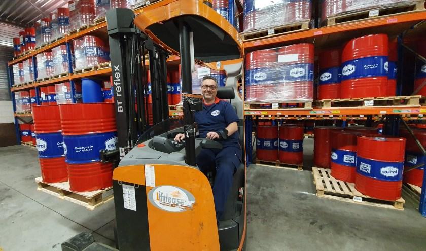 Abdul Issa op de reachtruck. Hij is een tevreden Eurol-werknemer. (Foto: Eurol)
