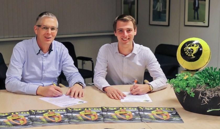 Bert Spronk (l.) en Sjoerd Kwakkel ondertekenen de nieuwe subsponsorovereenkomst.