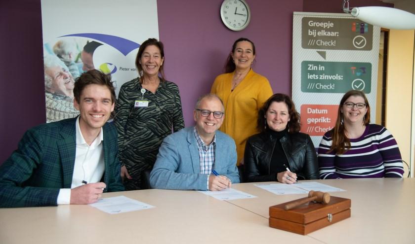 : Corin Potters-Kemp,  Pieter van Foreest en Andries van Eckeveld en Marnix Duinkerken, Stichting Present Delft ondertekenen de samenwerkingsovereenkomst.