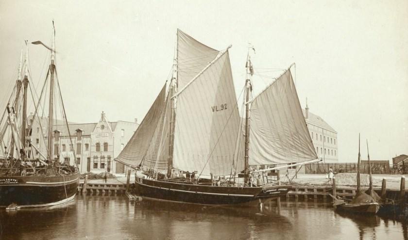 De houten – voormalige 'Engelse kotter' – VL 92 'Admiraal Kortenaer' van de rederij Jac. Vogel & Co. aan de Koningin Wilhelminahaven ZZ, circa 1903 (Collectie Stadsarchief Vlaardingen VS0209).